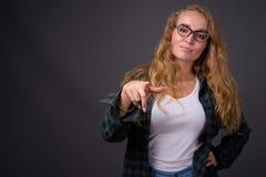 Portret van jonge mooie vrouw met lang golvend blond haar stock afbeeldingen