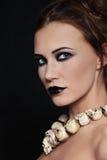 Vrouw in schedelhalsband Royalty-vrije Stock Afbeelding