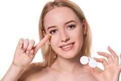 Portret van Jonge Mooie Vrouw met Natuurlijke Make-up en Contactooglens ter beschikking Close-up van vrouwelijke modelholding stock afbeelding