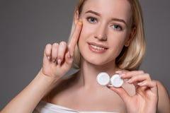 Portret van Jonge Mooie Vrouw met Natuurlijke Make-up en Contactooglens ter beschikking Close-up van vrouwelijke modelholding stock afbeeldingen