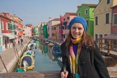 Portret van jonge mooie vrouw op eiland Burano stock foto
