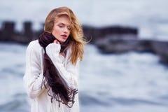 Portret van jonge mooie vrouw openlucht Stock Afbeelding