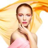 Portret van jonge mooie vrouw tegen vliegende stof. Schoonheid Stock Afbeeldingen