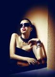 Portret van jonge mooie vrouw in zonnebril stock afbeeldingen