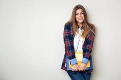 Portret van jonge mooie vrouwelijke student met boeken stock foto's