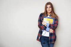 Portret van jonge mooie vrouwelijke student met boeken status stock foto