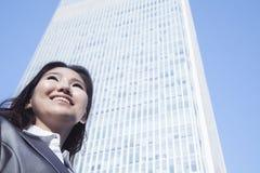 Portret van jonge onderneemster door de bouw van het de wereldhandelscentrum van China in Peking Royalty-vrije Stock Foto
