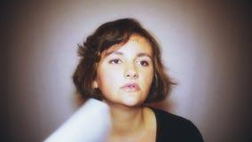 Portret van jonge roodharigevrouw bij de zomer tijdens hittegolf De temperatuur is heet en het haarveredelingsmiddel is gebroken stock footage