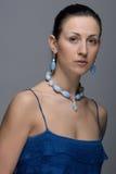 Portret van jonge dame met oorringen en halsband stock afbeeldingen