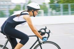 Portret van jonge schoonheids Kaukasische professionele fietser op m Stock Foto