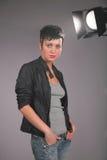 Portret van jonge schoonheidsvrouw in photostudio Stock Foto's