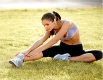 Portret van Jonge Sportieve Vrouw die Uitrekkende Oefening doen. royalty-vrije stock foto's