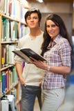 Portret van jonge studenten die een boek houden Stock Foto's
