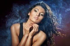 Portret van jonge verleidelijke vrouw Stock Foto's