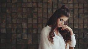 Portret van jonge vrij donkerbruine vrouw met krullen en de heldere make-up van smokeyogen stock footage