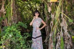 Portret van jonge vrij leuke vrouw op groene achtergrond, de zomeraard Sexy mooie meisjesschoonheid in de wildernis van Royalty-vrije Stock Fotografie