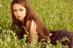 Portret van jonge vrouw bij aard Royalty-vrije Stock Afbeelding