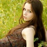 Portret van jonge vrouw bij aard Stock Afbeeldingen