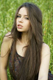 Portret van jonge vrouw bij aard Royalty-vrije Stock Foto's