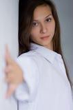 Portret van jonge vrouw bij de muur stock foto's