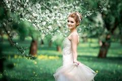 Portret van jonge vrouw in de gebloeide tuin in de de lentetijd royalty-vrije stock afbeeldingen