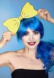 Portret van jonge vrouw in de grappige stijl van de pop-artsamenstelling Meisjeswi stock foto