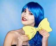 Portret van jonge vrouw in de grappige stijl van de pop-artsamenstelling Meisjeswi stock afbeeldingen