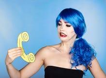 Portret van jonge vrouw in de grappige stijl van de pop-artsamenstelling wijfje stock foto