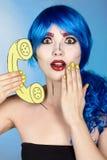 Portret van jonge vrouw in de grappige stijl van de pop-artsamenstelling wijfje royalty-vrije stock foto