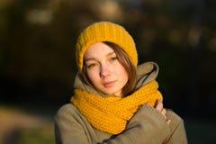 Portret van jonge vrouw in de herfstpark stock afbeelding