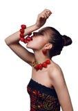 Portret van jonge vrouw die aardbeiarmband eet Royalty-vrije Stock Afbeeldingen