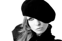 Portret van jonge vrouw die baret draagt Royalty-vrije Stock Afbeeldingen