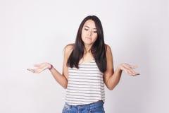 Portret van jonge vrouw die haar schouders ophalen Royalty-vrije Stock Fotografie