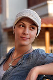 Portret van jonge vrouw die hoofddekking draagt stock fotografie