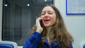 Portret van jonge vrouw die lacht en in de metro zingt stock footage