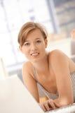 Portret van jonge vrouw die laptop computer met behulp van royalty-vrije stock afbeelding