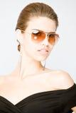 Portret van jonge vrouw die sungla draagt Royalty-vrije Stock Afbeeldingen