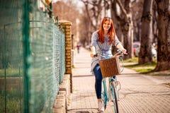 Portret van jonge vrouw die van tijd op fiets genieten Stock Foto's