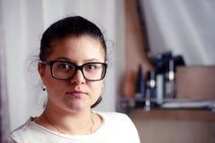 Portret van jonge vrouw in glassess in badkamers royalty-vrije stock fotografie