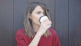 Portret van jonge vrouw het drinken koffie Stock Afbeelding