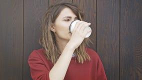 Portret van jonge vrouw het drinken koffie Rode sweetshot Royalty-vrije Stock Foto