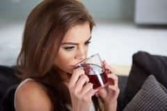 Portret van jonge vrouw het drinken thee Stock Afbeelding