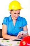 Portret van jonge vrouw met bouwvakker Stock Afbeelding
