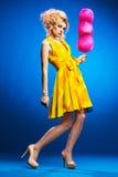 Portret van jonge vrouw met candyfloss royalty-vrije stock fotografie