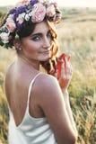 Portret van jonge vrouw met circlet van bloemen op hoofd royalty-vrije stock afbeeldingen