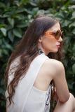 Portret van jonge vrouw met dag van de zonnebril de openluchtzomer in GA royalty-vrije stock afbeelding