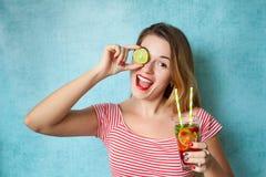 Portret van jonge vrouw met de cocktail van Amerikaanse veenbesmojito Royalty-vrije Stock Foto