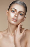 Portret van Jonge Vrouw met Gebronste Huid Stock Foto's