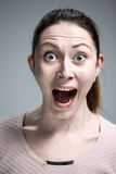 Portret van jonge vrouw met geschokte gelaatsuitdrukking royalty-vrije stock afbeelding