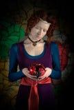 Retro stijlportret van vrouw met granaatappel Stock Fotografie